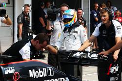 McLaren MP4-30 Фернандо Алонсо, McLaren толкают на пит-лейн во время квалификации