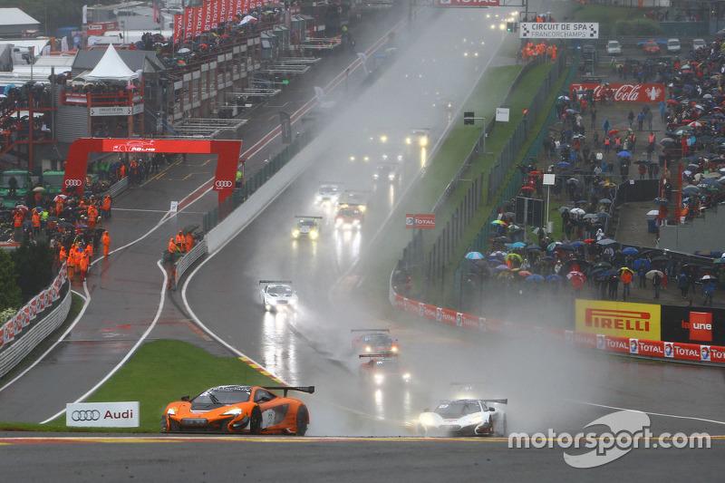 Start: #58 Von Ryan Racing McLaren 650S: Shane van Gisbergen, Rob Bell, Kevin Estre memimpin