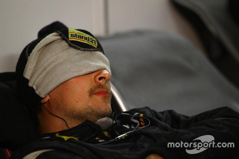 Seorang mekanik sedang tertidur