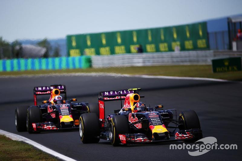 Daniil Kvyat, Red Bull Racing RB11 memimpin di depan rekan setim Daniel Ricciardo, Red Bull Racing R