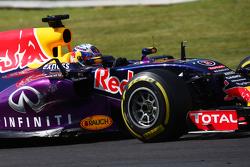 Daniel Ricciardo, Red Bull Racing RB11 avec des dégâts sur sa voiture