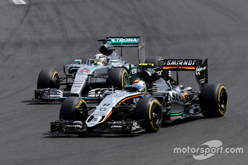 Sergio Perez, Sahara Force India, dan Lewis Hamilton, Mercedes AMG F1 Team
