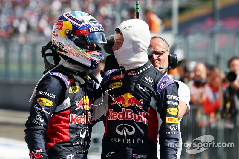 (Kiri ke Kanan): Daniel Ricciardo, Red Bull Racing dan Daniil Kvyat, Red Bull Racing merayakan di pa