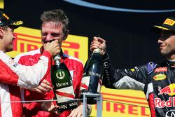 (Kiri ke Kanan): Race winner Sebastian Vettel, Ferrari dan James Allison, Ferrari Chassis Technical Director merayakan di podium dengan Daniel Ricciardo, Red Bull Racing