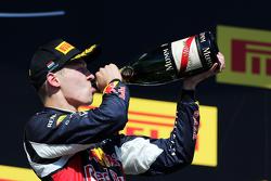 Daniil Kvyat, Red Bull Racing merayakan posisi keduanya di podium