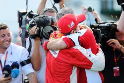 Победитель гонки - Себастьян Феттель, Ferrari празднует с Маурицио Арривабене, Ferrari Team Principa