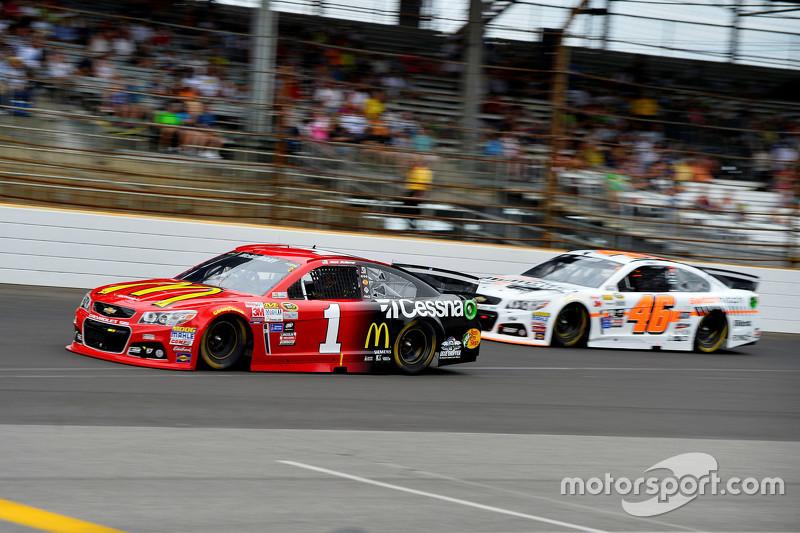 Denny Hamlin, Joe Gibbs Racing Toyota dan Michael Annett, HScott Motorsports Chevrolet