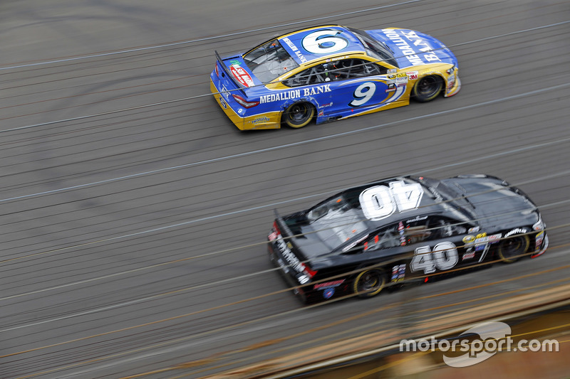 Sam Hornish Jr., Richard Petty Motorsports Ford, dan Landon Cassill, Hillman Circle Sport LLC Chevrolet