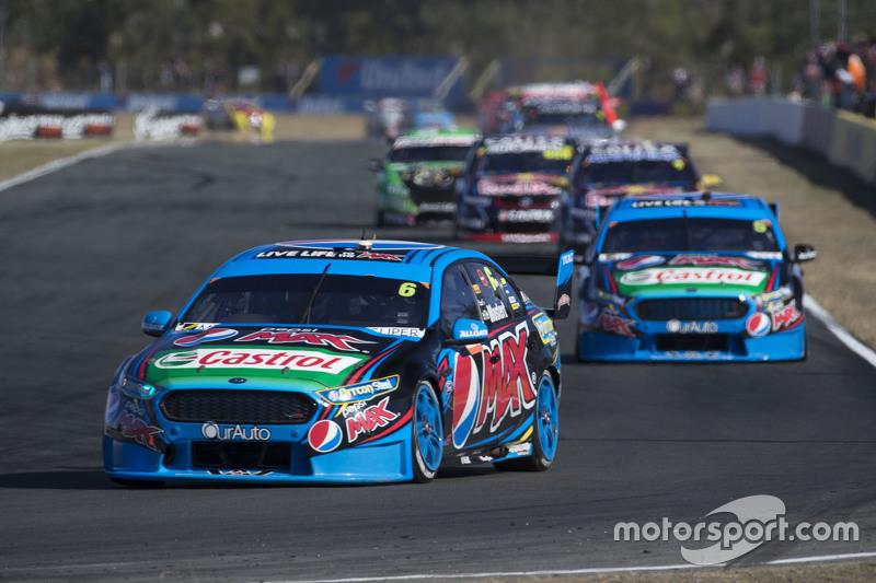 Chaz Mostert memimpin balapan, Prodrive Racing Australia Ford