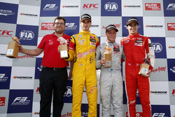 Prema Powerteam领队雷内·罗辛代表车队领奖