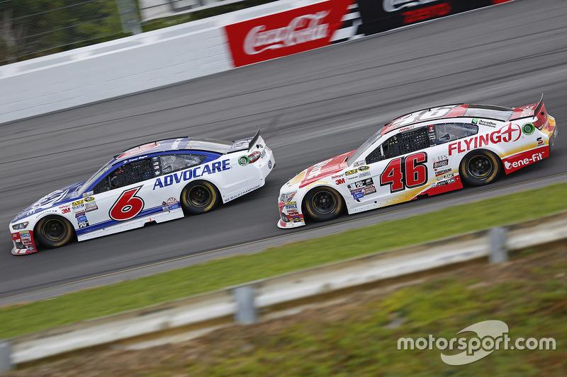 Trevor Bayne, Roush Fenway Racing Ford dan Michael Annett, HScott Motorsports Chevrolet