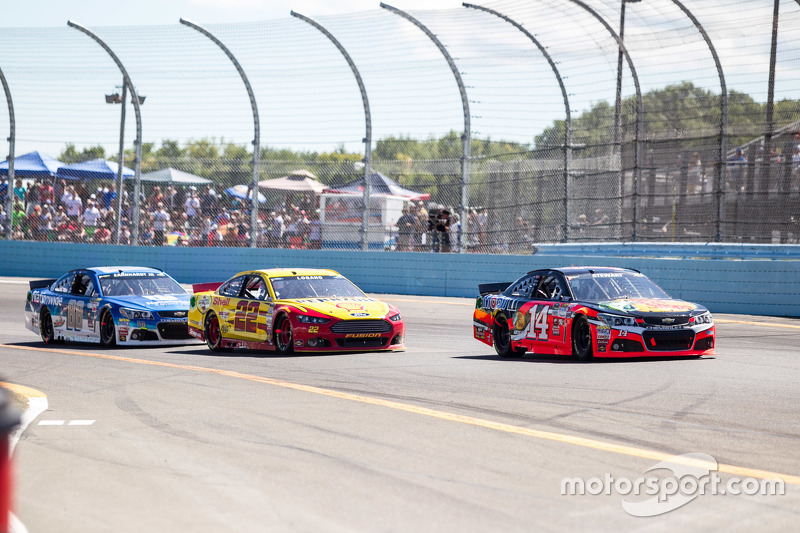 Tony Stewart, Stewart-Haas Racing Chevrolet dan Joey Logano, Team Penske Ford dan Dale Earnhardt Jr., Hendrick Motorsports Chevrolet