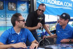 Guy Cosmo von Motorsport.com mit Michael Valiante und Richard Westbrook