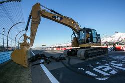El ganador, Joey Logano, Team Penske ayuda con el trabajo de repavimentación