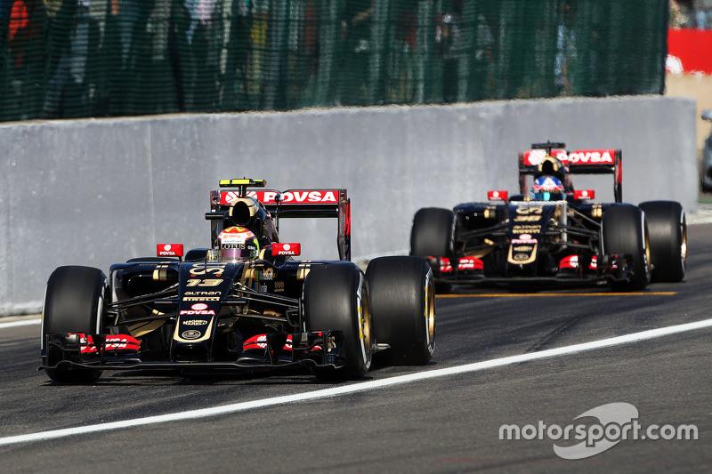 Пастор Мальдонадо, Lotus F1 E23 та Джоліон Палмер, Lotus F1 E23 Тестовий та резервний гонщик залишає піт-лейн