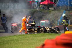 La Lotus F1 E23 di Pastor Maldonado, Lotus F1 Team danneggiata dopo l'incidente nella prima sessione di prove