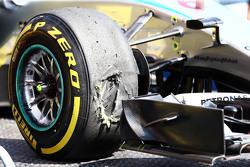 Поврежденная шина Pirelli на Mercedes AMG F1 W06 Нико Росберга, Mercedes AMG F1 во время второй трен