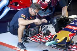 Mekanik Scuderia Toro Rosso mechanic dengan sayap depan Scuderia Toro Rosso STR10