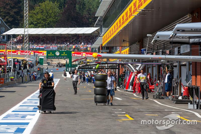 Lotus F1 Team та Williams механіки йдуть по піт-лейн