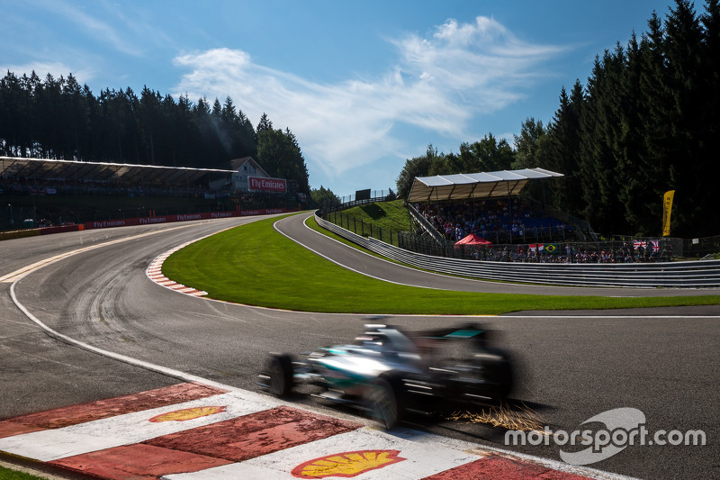 Lewis Hamilton, Mercedes AMG F1 W06 sends sparks flying