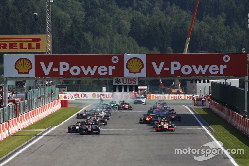 Stoffel Vandoorne, ART Grand Prix, dan memimpin Sergey Sirotkin, Rapax & Oliver Rowland, MP Motorsport di start