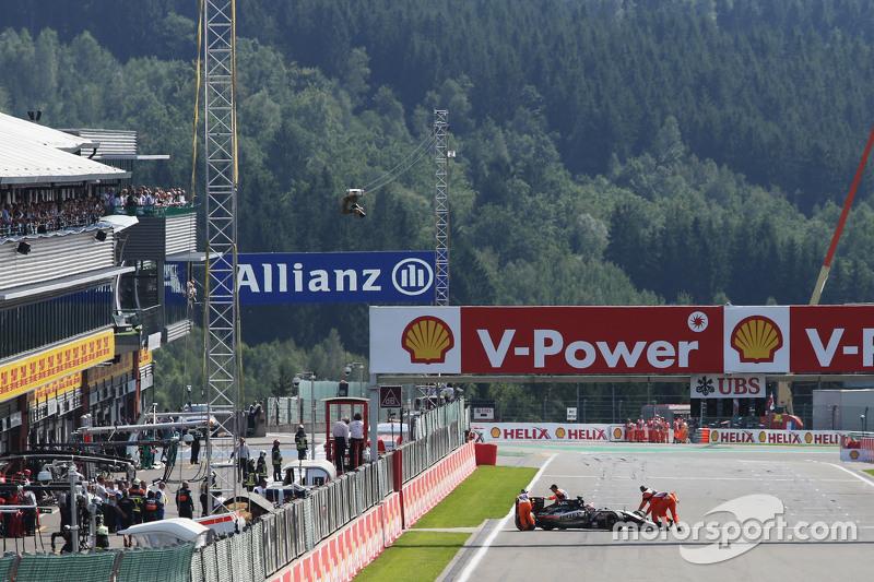 Nico Hulkenberg, Sahara Force India F1 VJM08 is pushed dari the grid
