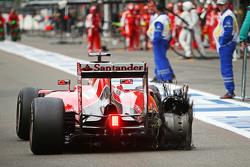 Sebastian Vettel, Ferrari SF15-T rentre aux stands avec une crevaison