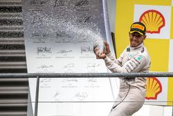 Le vainqueur Lewis Hamilton, Mercedes AMG F1 fête sa victoire au champagne sur le podium