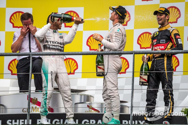 podium,: juara balapan Lewis Hamilton, Mercedes AMG F1 merayakan bersama champagne bersama second pl