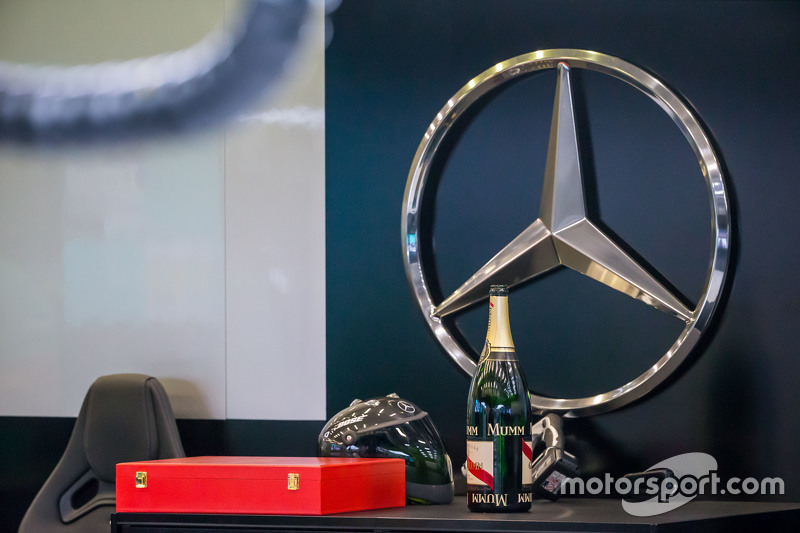 шампанське для Mercedes AMG F1 team