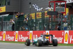 Победитель гонки - Льюис Хэмилтон, Mercedes AMG F1 пересекает финишную черту