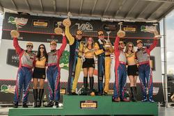 Podio: ganadores de carreras # 13 Ron Bum Racing Porsche 911: Matt Plumb, Hugh Plumb, el segundo puesto # 9 Stevenson Motorsports Chevrolet Camaro Z / 28.R: Lawson Aschenbach, Matt Bell y el tercer puesto # 6 Stevenson Motorsports Chevrolet Comaro Z / 28. R: Andrew Davis, Robin Liddell
