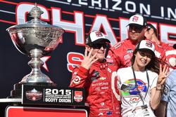 Campeón de IndyCar y ganador de la carrera, Scott Dixon, Chip Ganassi Racing Chevrolet, con su espos