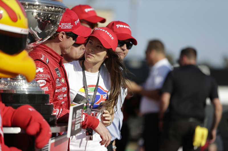 Race winner and series champion Scott Dixon, Chip Ganassi Racing Chevrolet with wife Emma