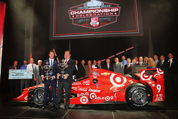2015 kampioen Scott Dixon, Chip Ganassi Racing Chevrolet met Chip Ganassi en team