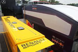 Грузовики Renault Sport F1 и Red Bull Racing в паддоке