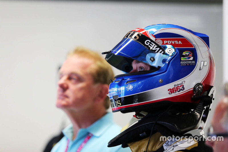 Jolyon Palmer, Lotus F1 Team Test and Reserve Driver with a tribute on his helmet for Justin Wilson.