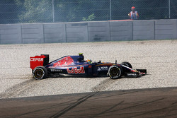 Carlos Sainz Jr., Scuderia Toro Rosso STR10 spins off at Parabolica