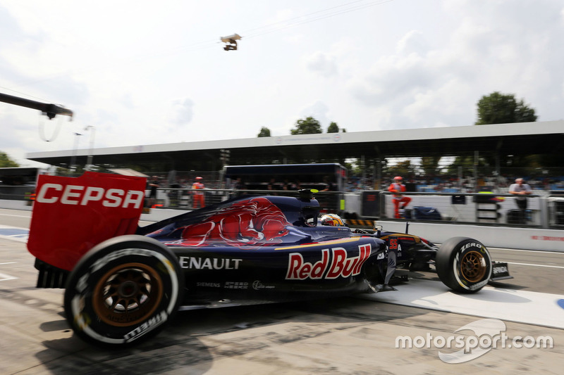 Carlos Sainz Jr., Scuderia Toro Rosso STR10 leaves the pits