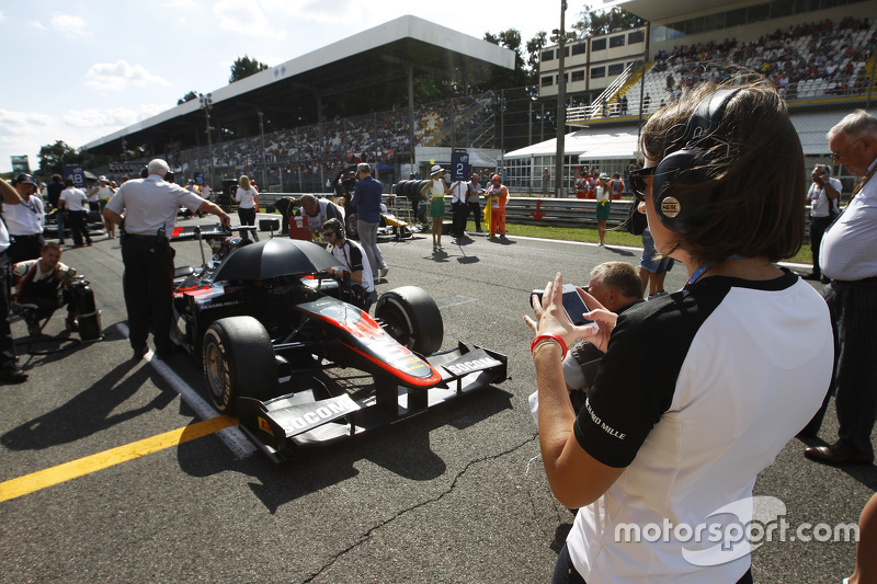 Press officer for ART Grand Prix takes a picture of Stoffel Vandoorne, ART Grand Prix on the grid