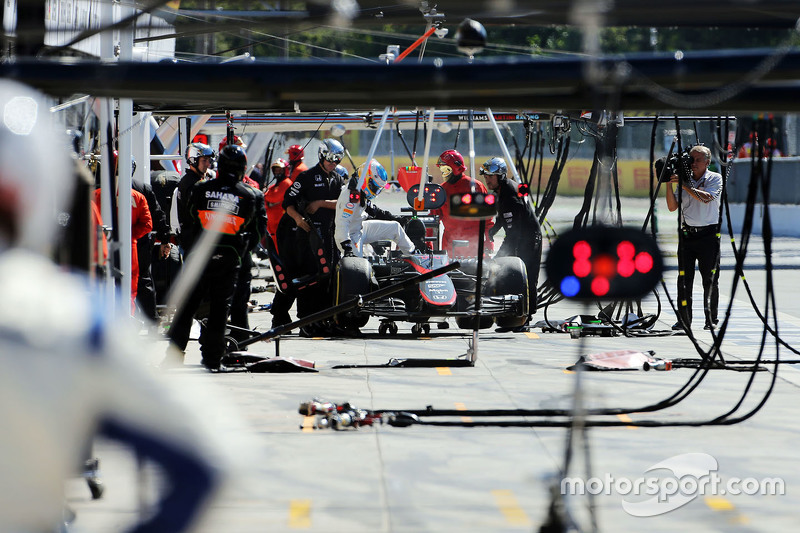 Fernando Alonso, McLaren MP4-30 retired from the race