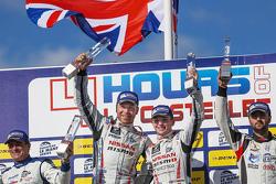 LMP3 подіум: переможці Кріс Хой, Чарлі Робертсон святкування