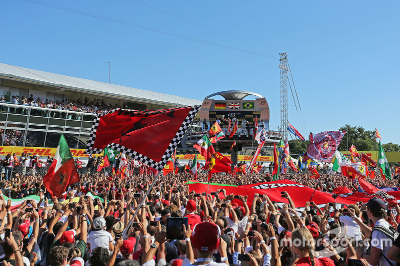 Fans feiern am Podium