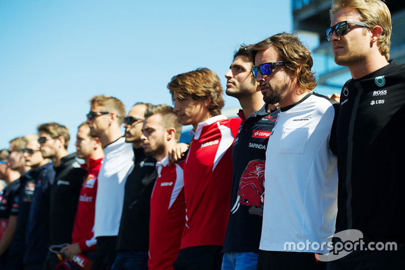 Drivers observe a minute's silence for Justin Wilson