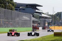Kimi Raikkonen, Ferrari SF15-T y Nico Hulkenberg, Sahara Force India F1 VJM08 batalla por la posició