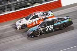 Denny Hamlin, Joe Gibbs Racing Toyota y Martin Truex Jr., Furniture Row Racing Chevrolet