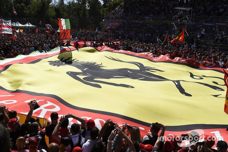 Riesige Ferrari-Fahne