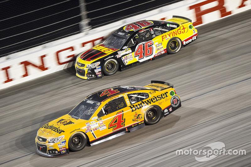 Майкл Аннетт, HScott Motorsports Chevrolet та Кевін Харвік, Stewart-Haas Racing Chevrolet
