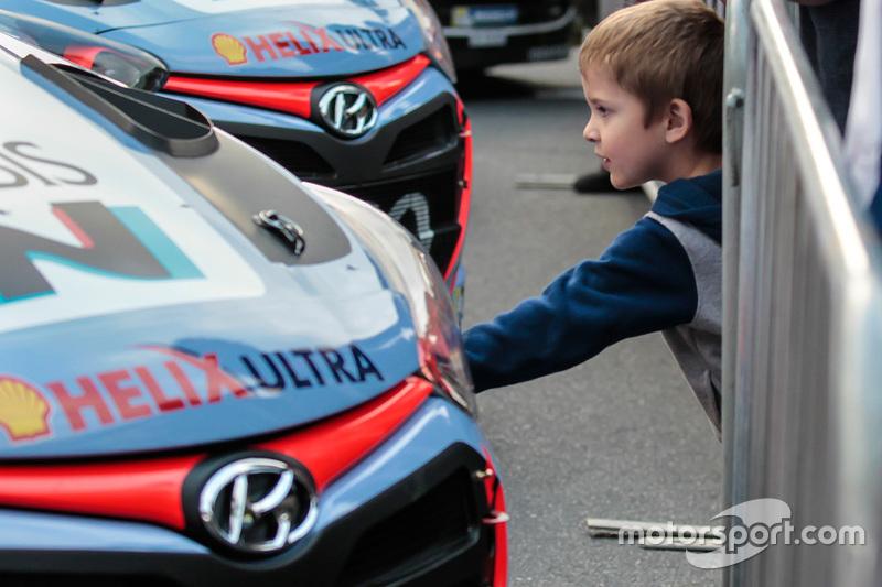 Ein junger Hyundai-Fan