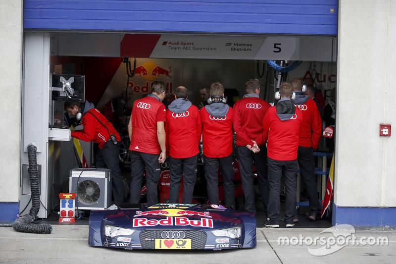 механіки попереду машини Маттіас Екстрем, Audi Sport Team Abt Sportsline, Audi A5 DTM